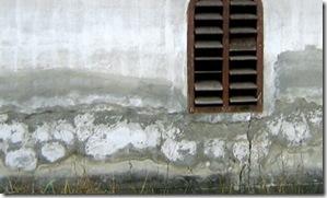 Apele freatice urca in peretele casei din cauza izolatiilor de fundatii defectuoase